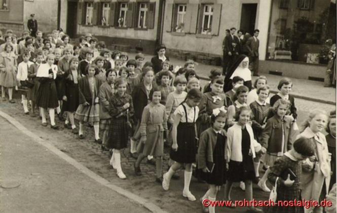 12. Mai 1957 - Mädchenschulklassen auf dem Weg zur Grundsteinlegung