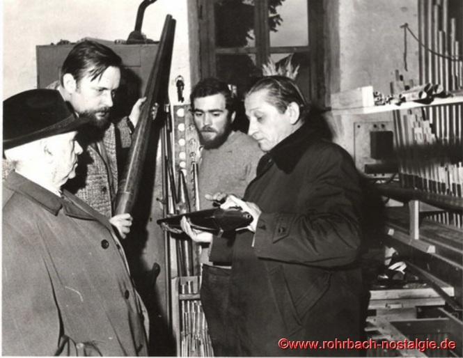 1975 - Die neue Orgel wird begutachtet. Von links: Johann Schmitt - Bernhard Günther - Orgelbauer - Jakob Huy