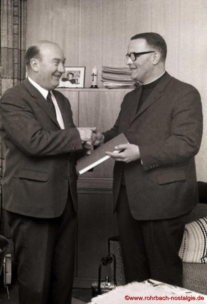 1973 - Bürgermeister Walter Bettinger verabschiedet den ersten Pfarrer von St. Konrad Michel Bodin