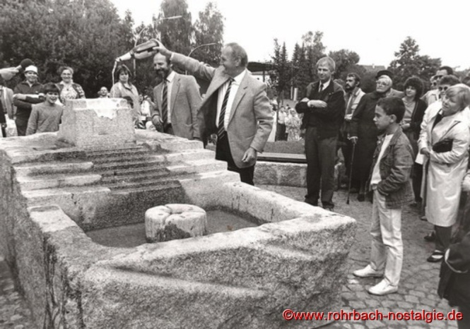 1986 - Einweihung des Brunnens auf dem Marktplatz durch Ortsvorsteher Kurt Wachall und Oberbürgermeister Dr. Winfried Brandenburg