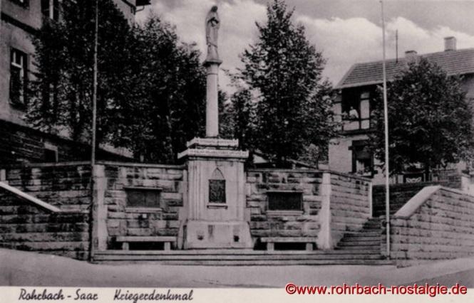 Das ehemalige Kriegerdenkmal am Denkmalschulhaus in der Bahnhofstraße um 1940