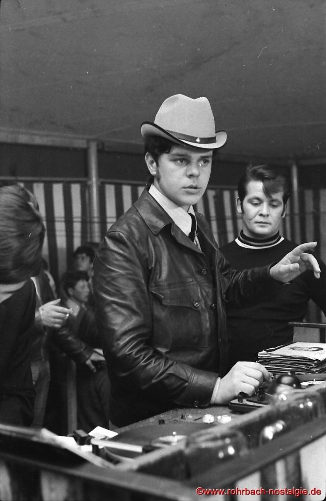 Egon Wittmer aus Rohrbach, Jahrgang 1948, legt bei den Beatfestivals von Frank Farian die schwarzen Scheiben auf.