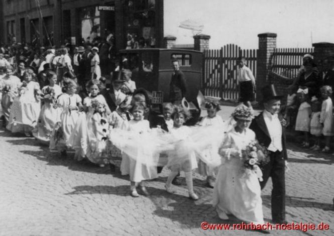 1934 – Das Brautpaar Klothilde Haselmaier und Heinz Müller (Bruder von Lehrerin Else Jacob). Dahinter Irmgard Schaar (Friseurgeschäft Schaar), Auguste und Gerhard Schaar (Friseurgeschäft Schaar), Hilde Bastian (Teufelchen), Mathilde Klam (Sekretärs) und Agnes Fickinger geb. Abel