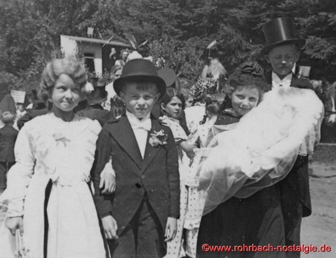 1934 Stampesfest - Auf dem Foto von links nach rechts: Inge Gehring geb. Rohe, Alfons Gaffga, Kunda Kraus geb. Pfeifer, Erika Wagner und Helmut Gaffga (im 2. Weltkrieg gefallen)