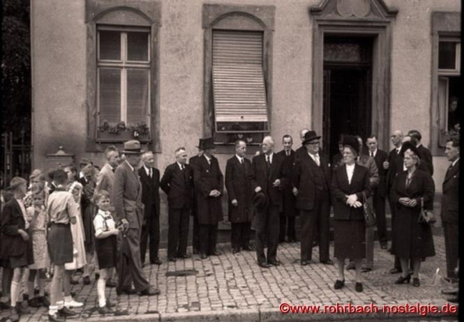 1948 – Ministerpräsident Johannes Hoffmann (JoHo) am Johannesfest vor dem Pfarrhaus