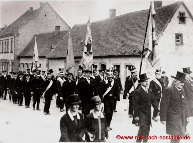 Die Knappen marschieren zum Gottesdienst am Johannesfest