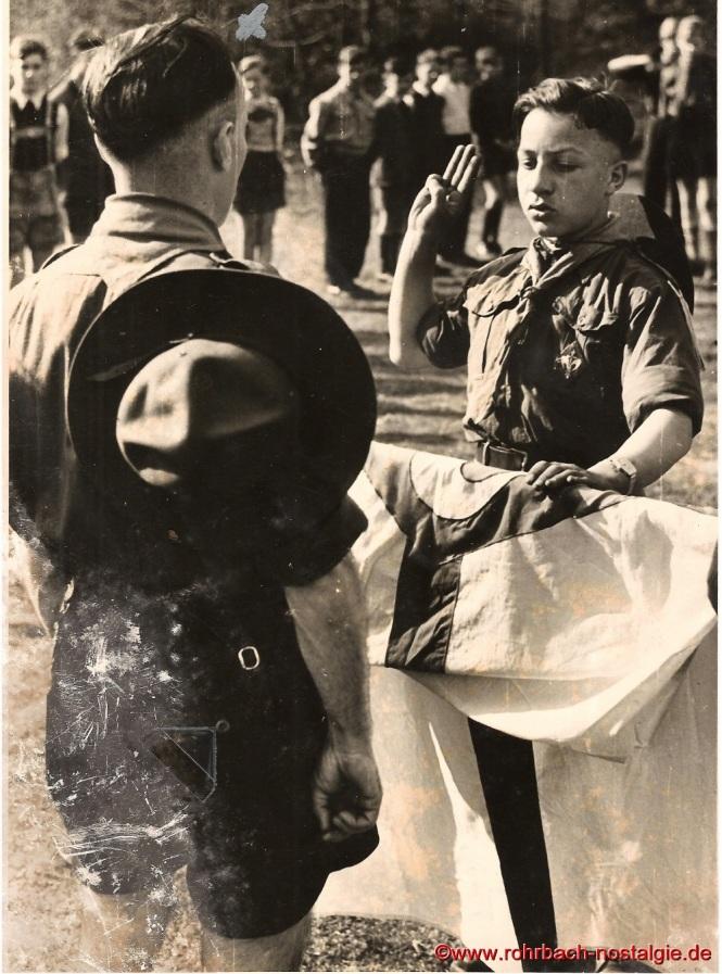 Um 1952 – Wölfling Walter Best wird durch Gaumeister Otto Stemmler aus Niederwürzbach vereidigt