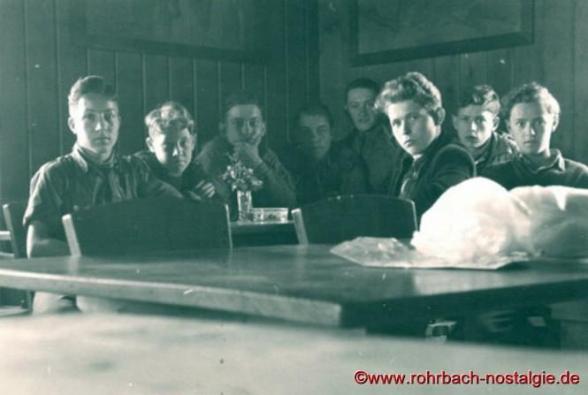 1954 in der Sulzenauhütte im Stubaital. Von links: Walter Best – Manfred Jung (Jumbo) – Harry Gilgen – Helmut Stoltz – Toni Haselmaier – Herbert Vogelgesang – Friedel Becker – Günter Weiland