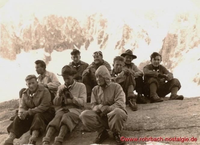 1956 Rast im Montblanc Gebiet. Vorne von links: Wolfgang Büch – Manfred Winter – Toni Haselmaier. Dahinter Berthold Michaeli – Horst Oberhauser – Manfred Fichter – Dieter Wolf – Manfred Lauer – Egbert Hussong