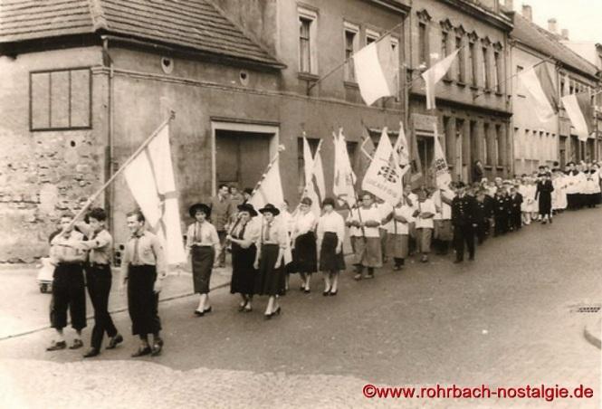 1957 Die Pfadfinderinnen und Pfadfinder vom Stamm St. Georg bei der Prozession zur Grundsteinlegung der St. Konradskirche