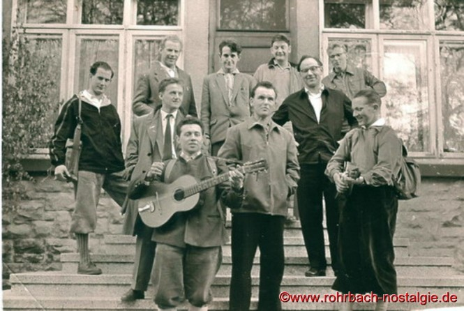 1962 In Bruchhof-Sanddorf. Hintere Reihe von links: Werner Michaeli - Fred Werle - Horst Oberhauser - Lothar Wolf. Mittlere Reihe von links: Manfred Winter - Josef Rohe - Egbert Hussong - Kaplan Hans Frey - Karl Fritz Grub. Mit Klampfe Peter Jacob