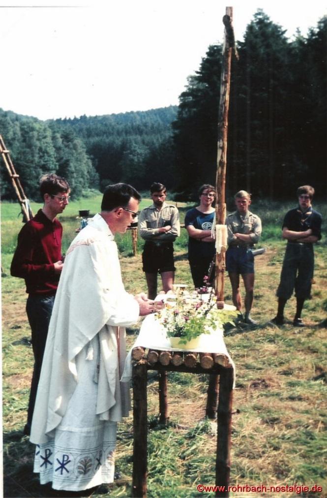1968 Feldgottesdienst beim Sommerlager in Siedelsbrunn im Odenwald. Von links: Roland Schiel - Kaplan Ernst Roth - Michael Allmannsberger - Walter Ewerle - Helmut Wolf - Martin Spies