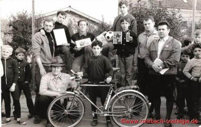 1969 Siegerehrung beim Fahrradturnier der St. Georgspfadfinder. Gewinner eines Fahrrades wird Christoph Schiehl