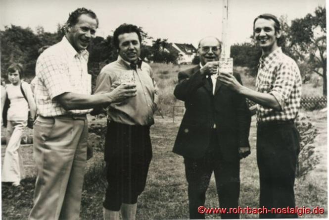 1973 feiern die St. Georgspfadfinder ihr 25-jähriges Jubiläum am Pfadfinderheim im Pfeifferwald. Auf dem Foto von links: Werner Michaeli – Peter Jacob – Pfarrer Leo Köller – Lothar Gehring