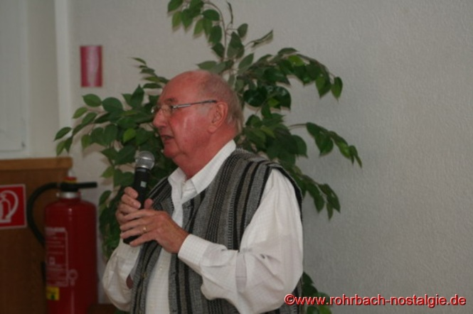 Kurt Wachall, Vorsitzender der Rohrbacher Heimatfreunde, begrüßt die Gäste