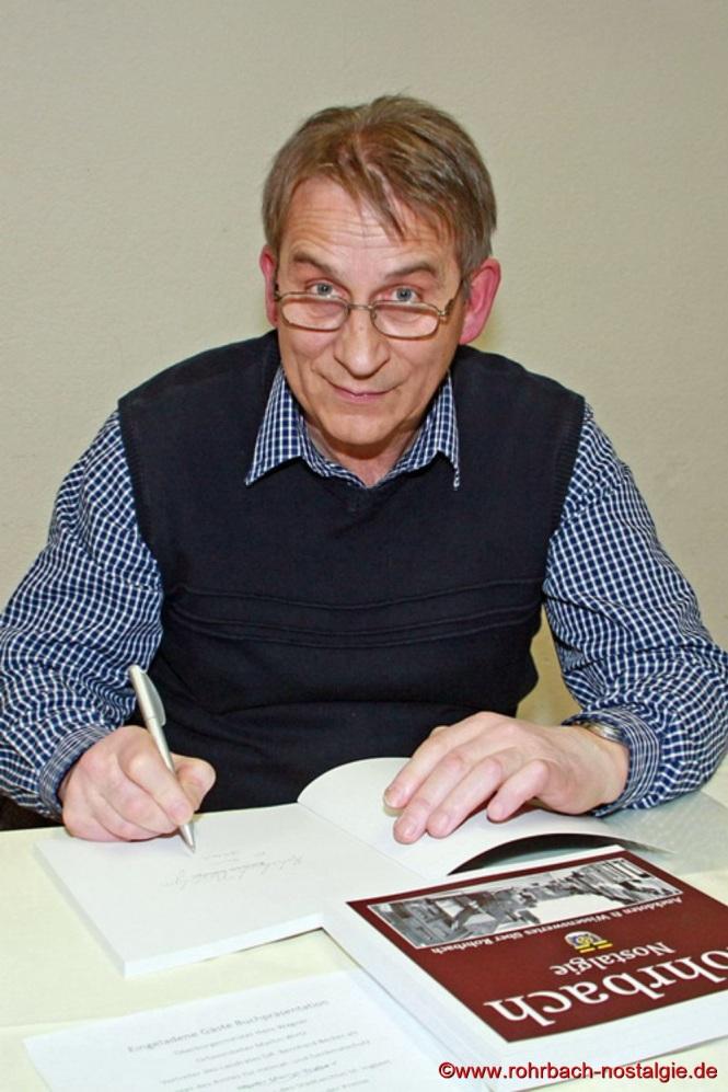 Der Autor beim Signieren des Heimatbuches