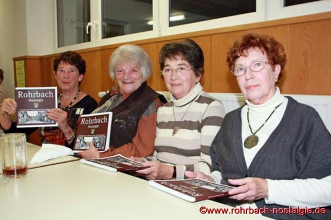 Vier glückliche Besitzerinnen des neuen Heimatbuches