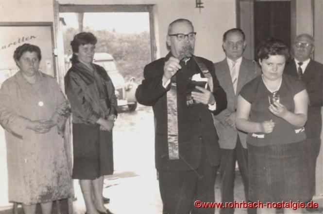 7. Juni 1963 - Einweihung der Edelweißhütte durch Pfarrer Leo Köller. Rechts neben ihm der erste Vorsitzende Eduard Wagner. Die Gratulanten bei der Einweihung.