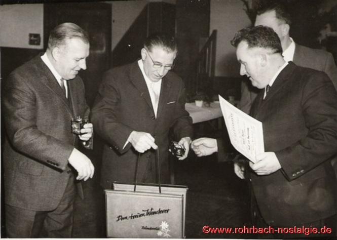 Winterfest 1966 – Ehrung von verdienten Wanderern durch den ersten Vorsitzenden Kurt Braun (rechts im Bild)