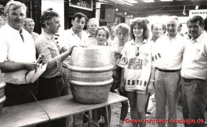1987 beim Hüttenfest - Vorsitzender Hermann Schuler (links im Bild) ehrt die siegreiche Mannschaft des Pfälzerwaldvereins bei der Quizwanderung