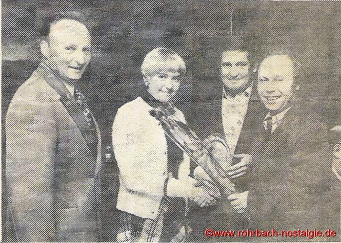 1974 feiert der Gemeindesport sein 10 jähriges Bestehen. Auf dem Foto von links: Helmut Mann, Annemarie und Albrecht Klam sowie der Sprecher des Gemeindesports Hans-Georg Tunnat.