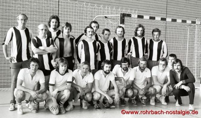 1974 Die Mannschaft des Gemeindesports (stehend) im Endspiel des OfL Fußballturniers anlässlich des Stampesfestes gegen die Mannschaft des Tennisclub Rohrbach