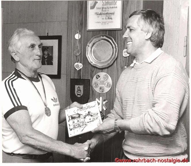 1987 Oskar Jung hier bei einer Ehrung durch Ortsvorsteher Bodo Schiehl