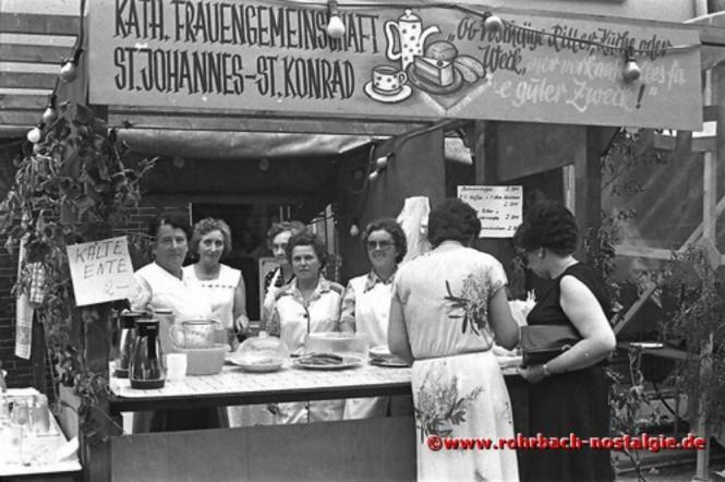 """1981 Die Frauengemeinschaft St. Johannes - St. Konrad serviert u.a. """"Roschtige Ritter"""""""