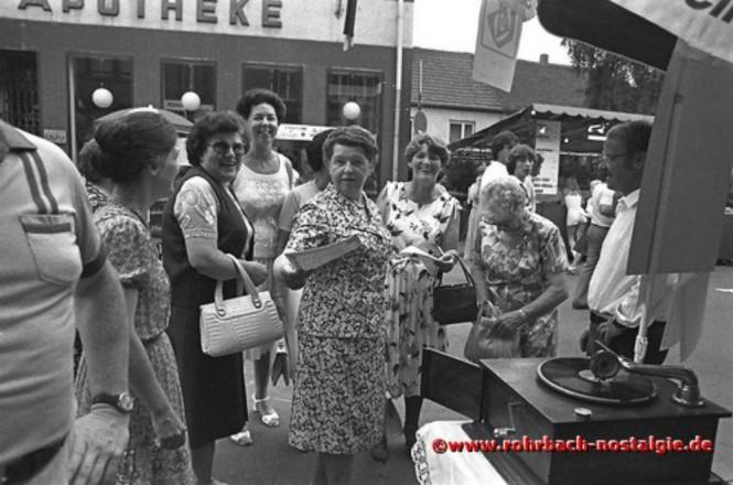 1981 Lustige Damen am Gramophon