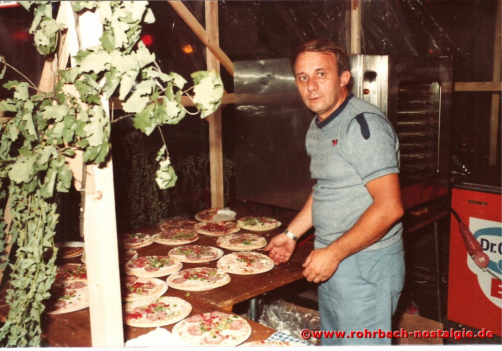 1981 Friedhelm Pfeifer (später Bürgermeister in Spiesen-Elversberg) als Pizzabäcker beim Pfarrorchester