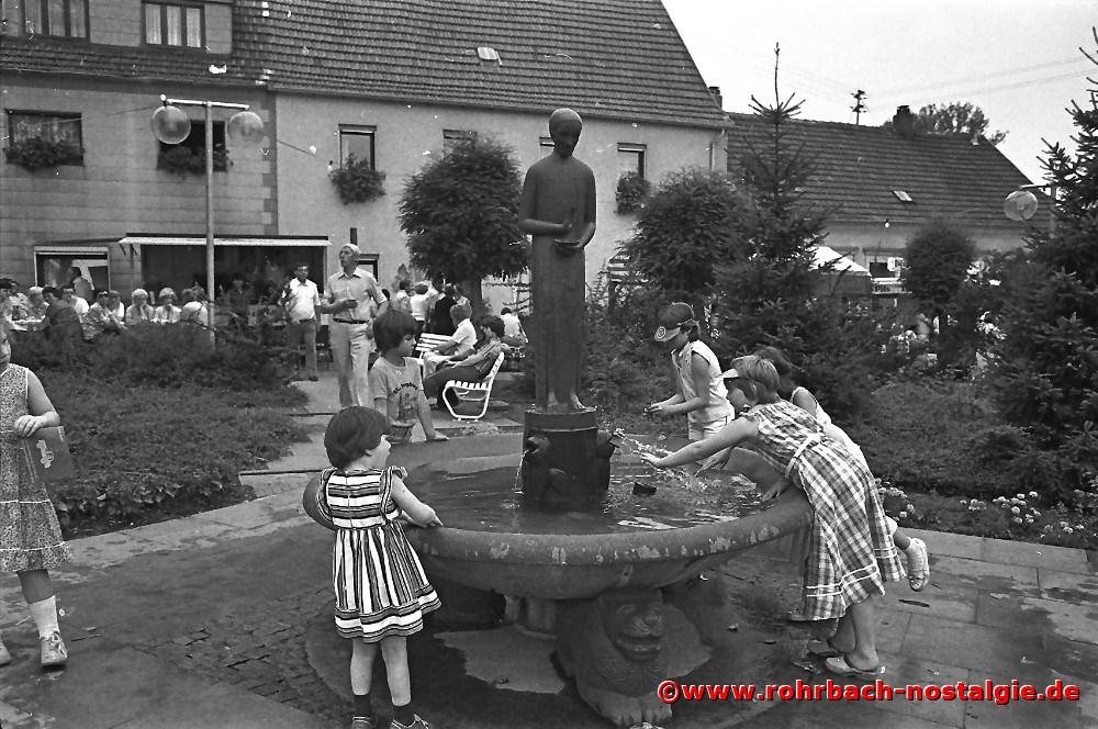 1981 Willkommene Erfrischung am Johannisbrunnen im Eck