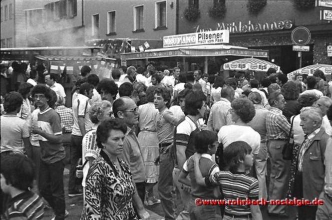 """1981 Viel Betrieb vor dem Gasthaus """"Zum Mühlehannes"""""""
