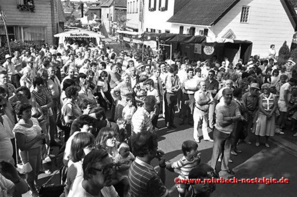 1984 Die Bevölkerung beim Fassbieranstich durch Oberbürgermeister Dr. Winfried Brandenburg vor der Bühne im Eck