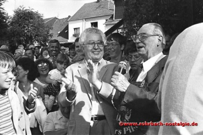 1985 Leo Köller (ehemals Rohrbacher Pfarrer) macht den Fassbieranstich. Neben ihm der saarländische Umweltminister Dr. Berthold Budell