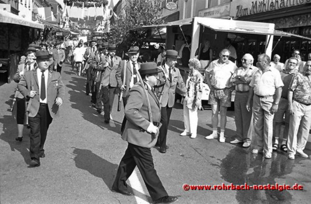 1992 Der Schützenverein beim Umzug durchs Festgelände