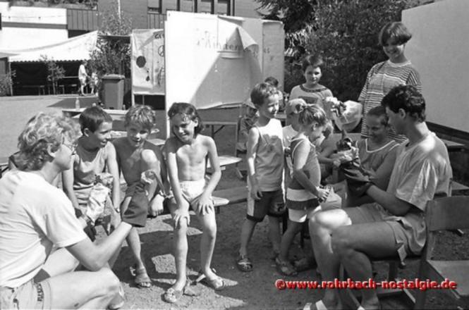 1992 Handpuppenspieler unterhalten die Jüngsten
