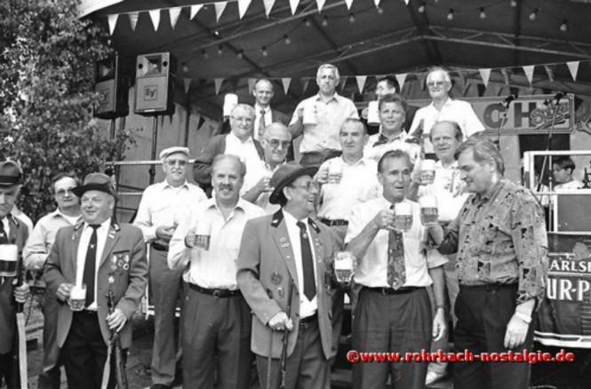 1993 Fassbieranstich durch Ortsvorsteher Bodo Schiehl (hintere Reihe Mitte)
