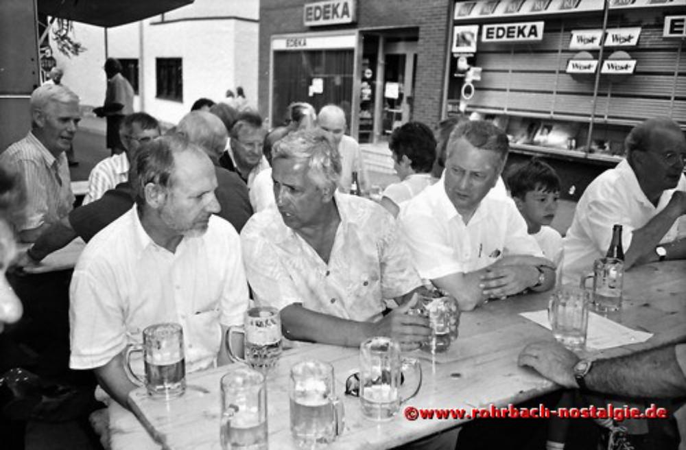 1994 Oberbürgermeister Dr. Winfried Branden burg im Gespräch mit dem Rohrbacher Ortsvorsteher Bodo Schiehl. Rechts im Vild Hans Joachim Stumpf