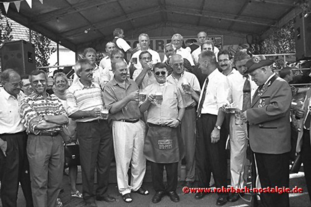 1995 Fassbieranstich durch Kaplan Martin Weber (mit Schürze)