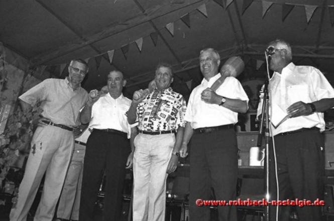 1998 Männer der ersten Stunde des Alt-Rohrbachfestes werden mit einem Stampesstößer geehrt. Von links: Gisbert Groh, Ottmar Schmitt, Ewald Jung, Hans-Joachim Stumpf und Ortsvorsteher Bodo Schiehl