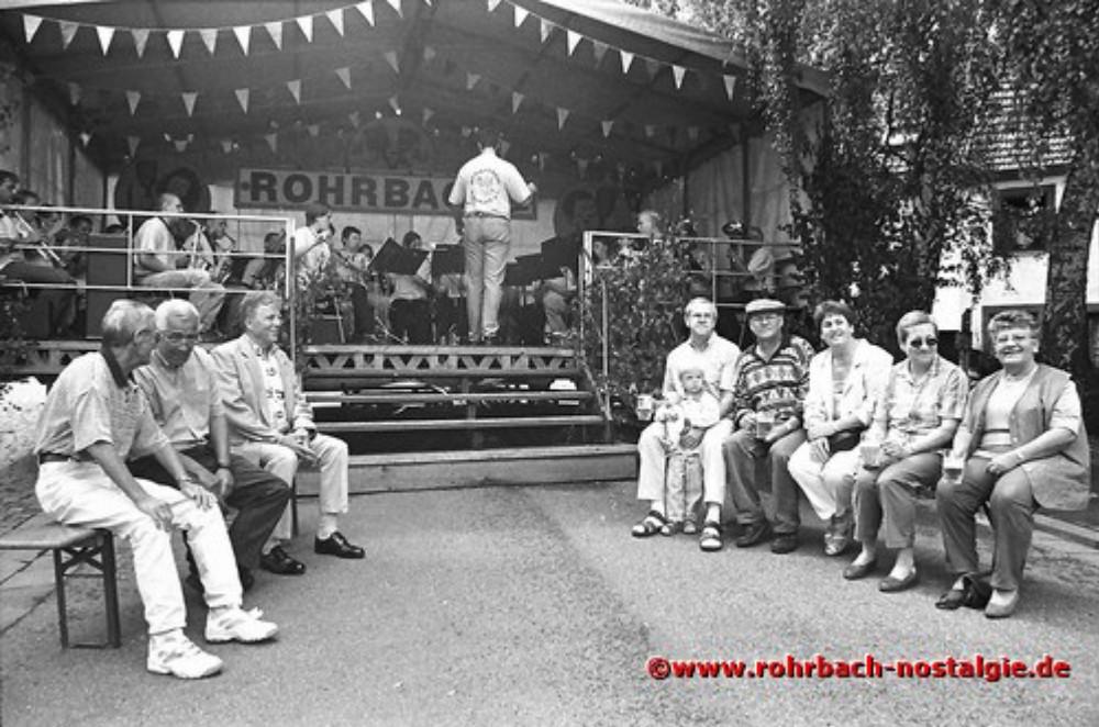 1998 Festgäste vor der Bühne im Eck lauschen den Klängen des Musikvereins