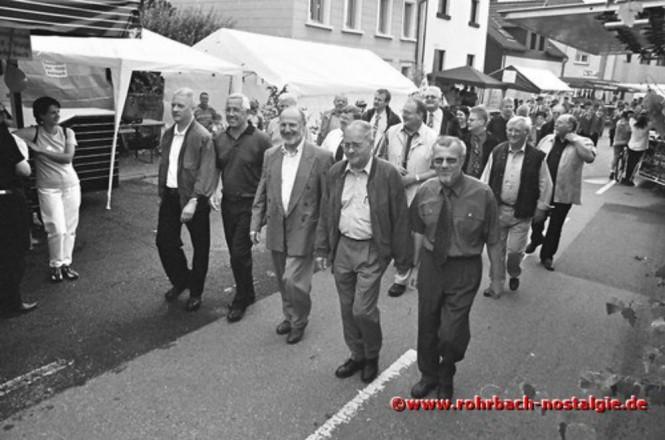 2001 Die Festgäste beim Umzug durchs Festgelände