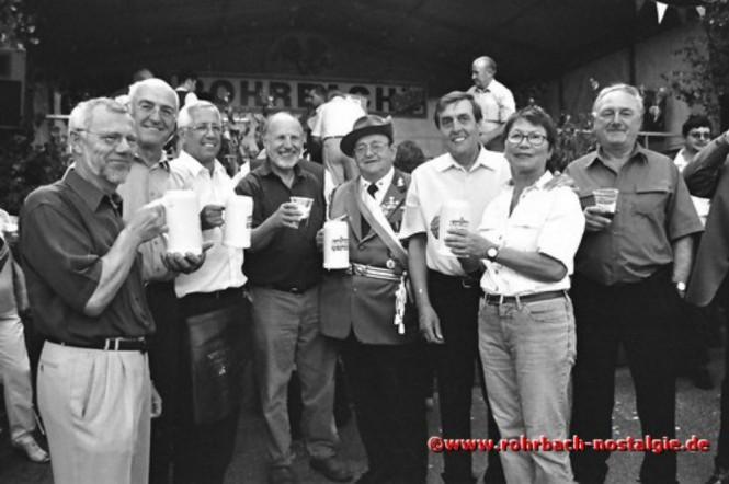 2002 Fassbieranstich durch Ortsvorsteher Bodo Schiehl