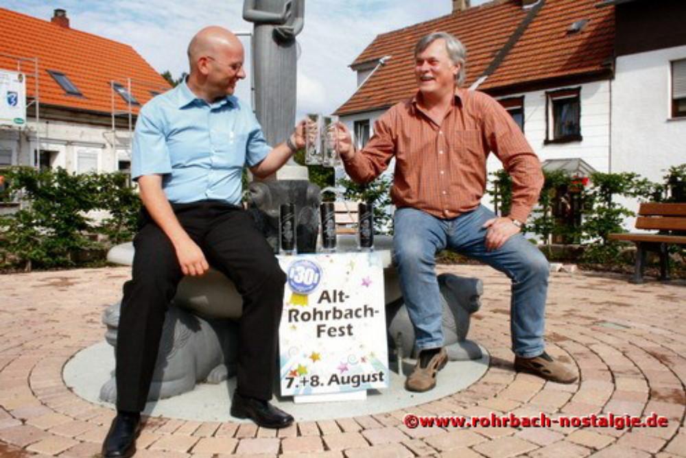 2009 Martin Wirtz und der Rohrbacher Ortsvorsteher Hans Wagner (heute Oberbürgermeister von St. Ingbert) am Johannesbrunnen im Eck