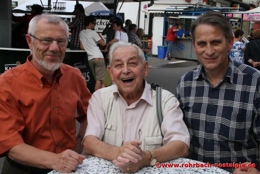 2012 Lokalreporter und Lehrer Albert Senzig mit zwei seiner ehemaligen Schüler, Gisbert Groh (links) und Karl Abel (rechts) bei der Festeröffnung