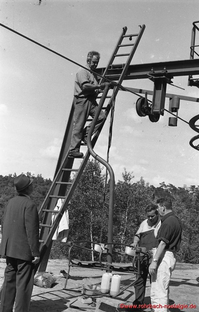 Die Sessel werden getestet. Auf der Leiter Eduard Schiel. Unten von links: Karl Michaeli, Gemeindearbeiter Bodo Gerle und August Herber