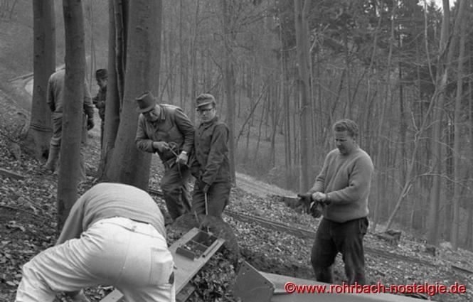 Gustav Hussong, Theo Scholl und Helmut Brass beim Zusammenbauen der Tragstützen