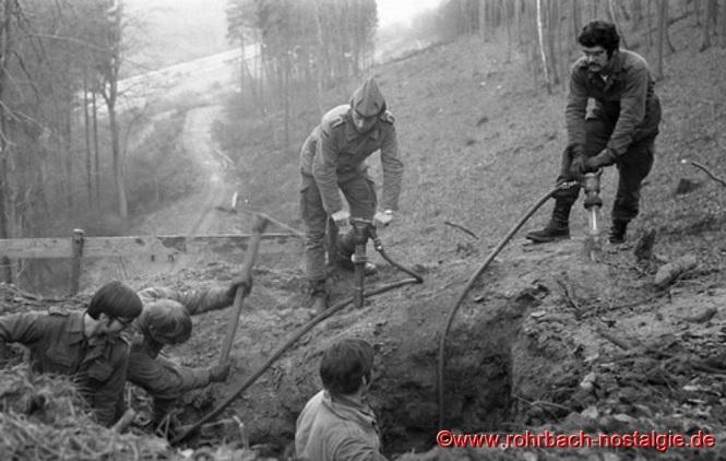 Soldaten der Patenkompanie Zweibrücken beim Ausheben der Fundamente für die Tragstützen