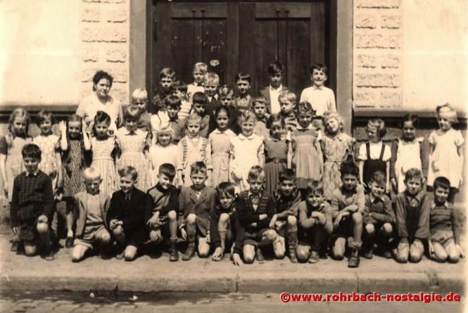 1953 Der Jahrgang 1946 mit Klassenlehrerin Frau Else Jakob vor der Wiesentalschule