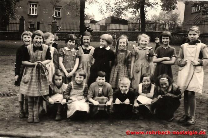 1955 Die Mädchen des Jahrganges 1946 im Schulhof der Denkmalschule